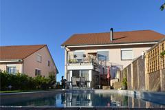 5.5-Zi'-Doppel-Einfamilienhaus mit Pool an ruhiger Lage in Rodersdorf